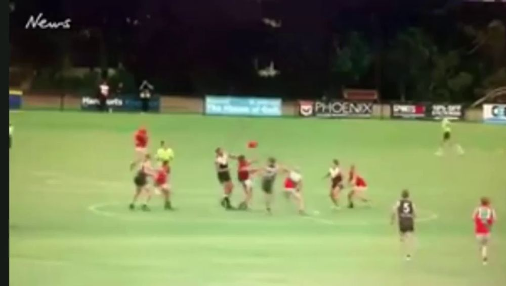 Duras imágenes: le rompen el cuello en un partido de fútbol australiano