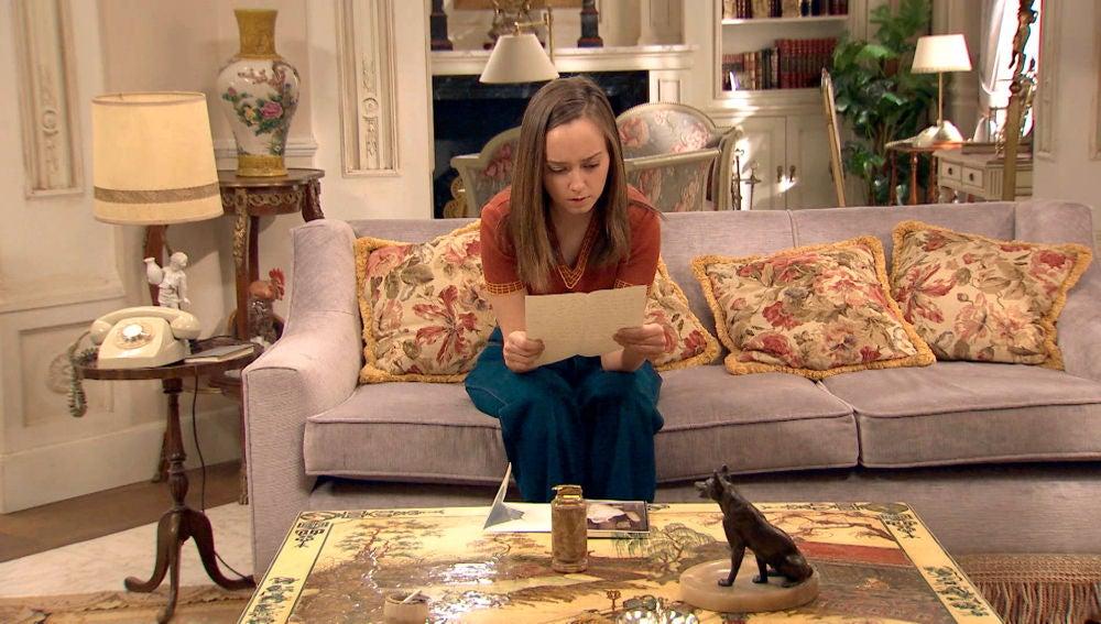 Mónica lee una carta íntima escrita por su madre a Carlos