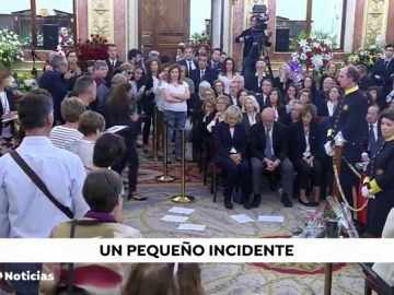 Un hombre lanza papeles y exige hablar con la ministra de Defensa en la capilla ardiente de Alfredo Pérez Rubalcaba