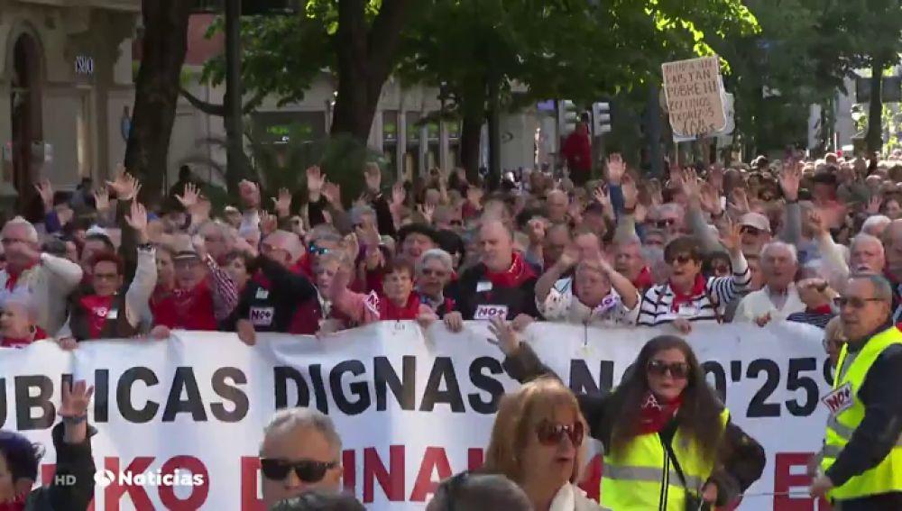 Miles de pensionistas salen a la calle en las capitales vascas para pedir a los compromisos políticos