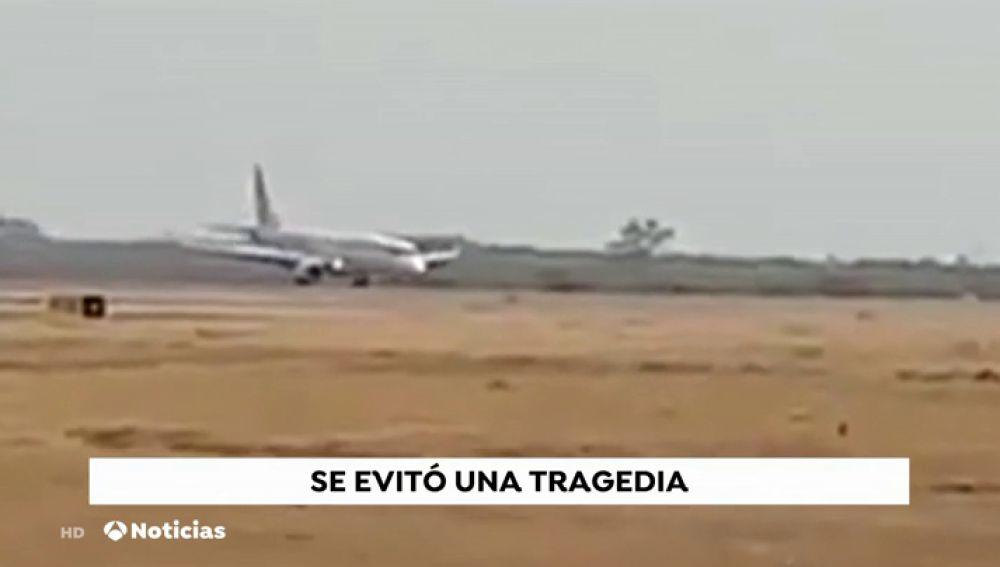 VÍDEO: La proeza de un piloto salva a los 89 ocupantes de un vuelo tras aterrizar sin las ruedas frontales
