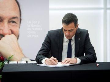 Pedro Sánchez firma en el libro de condolencias de Alfredo Pérez Rubalcaba
