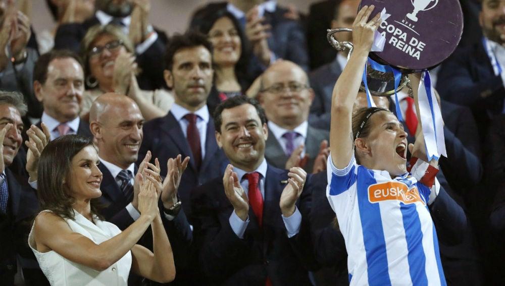 Sandra Ramajo levanta la Copa de la Reina