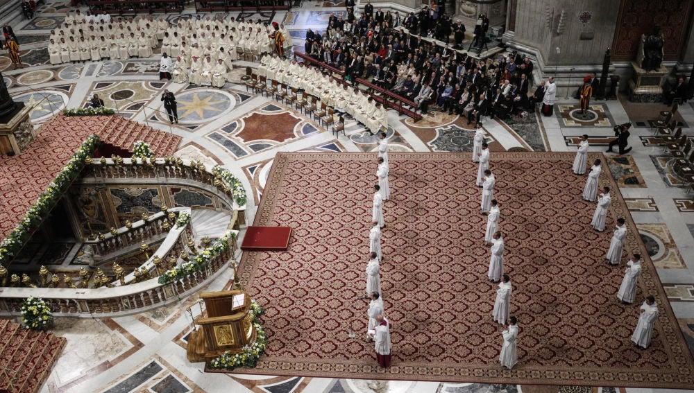 El Papa Francisco encabeza una misa en la que se ordenan diecinueve nuevos sacerdotes.