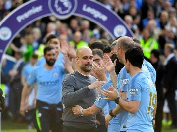 Guardiola saluda a sus jugadores