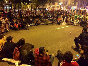 Decenas de activistas acampan en la Gran Via de Barcelona contra la especulación inmobiliaria