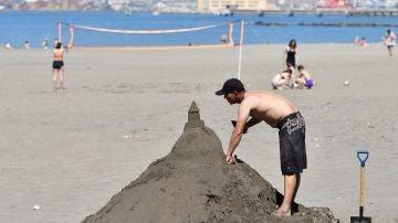 Varias personas disfrutan de la playa de el Zapillo en Almeria