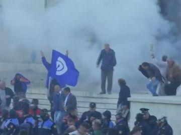 Manifestantes lanzan cócteles molotov contra la oficina del Primer Ministro de Albania para exigir elecciones anticipadas
