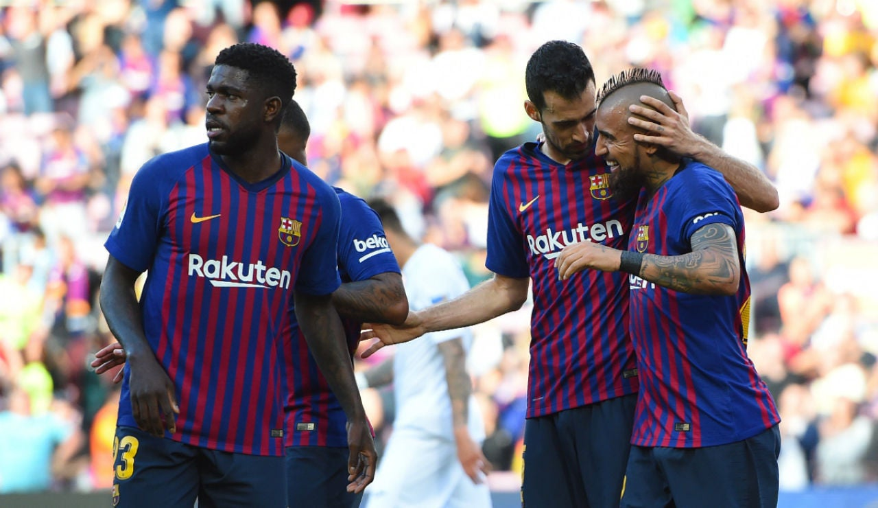 El Barcelona celebra un gol de Vidal