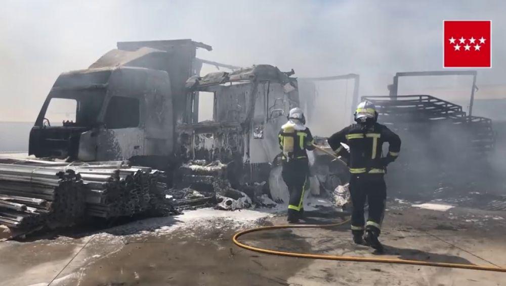 Un incendio calcina 15 vehículos y provoca una intensa humareda en Loeches