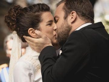 Unos felices Fernando y María Elena se dan el 'sí, quiero' sin saber las desgracia que está por llegar