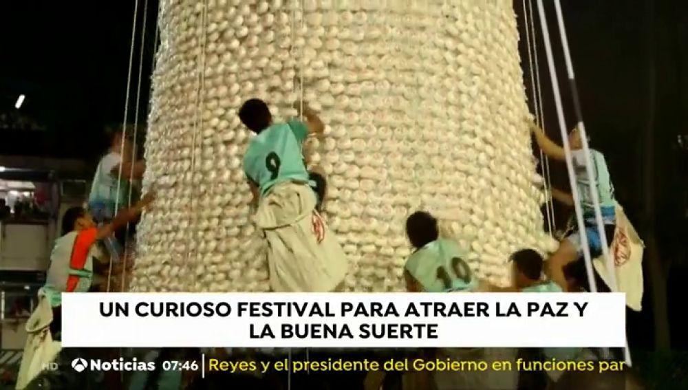 Un concurso en Hong Kong premia al participante que más bollos coja escalando un árbol gigante