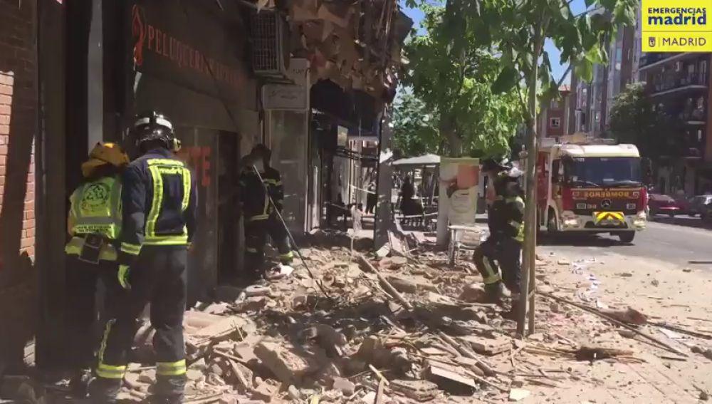 Cae la cornisa de un edificio y tres personas resultan heridas