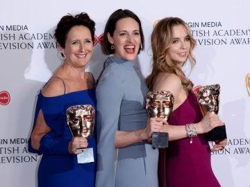 Fiona Shaw, Phoebe Waller Bridge y Jodie Comer con sus premios