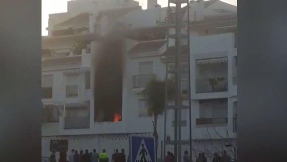 Varios vecinos desalojados por un incendio en un bloque de viviendas de Salobreña (Granada)