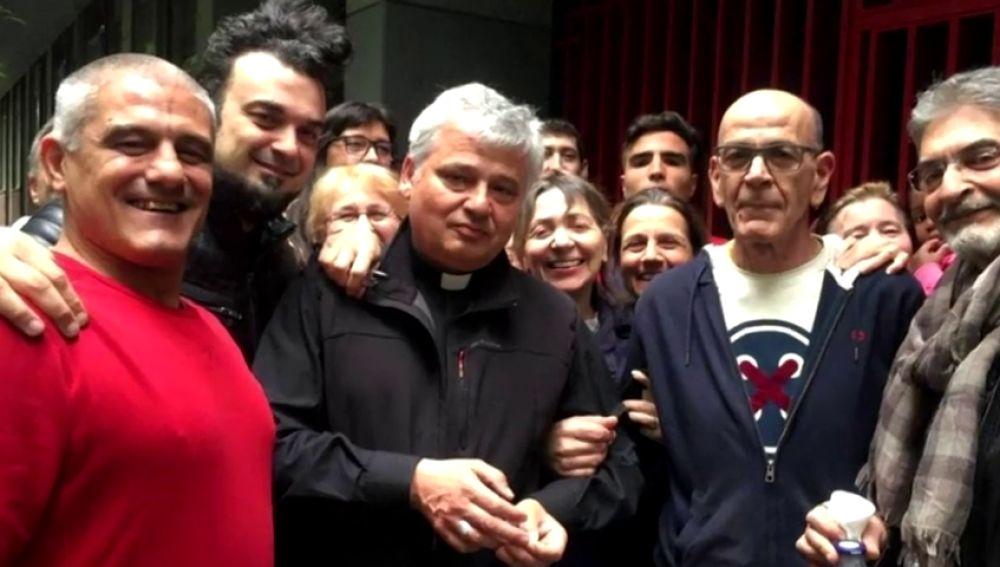 El limosnero del papa reactiva la luz en un edificio ocupado en Roma