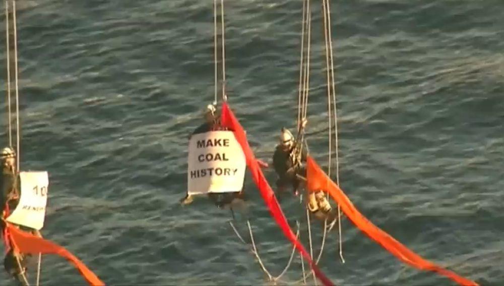 Varios activistas de Greenpeace escalan el puente del puerto de Sidney en protesta por el cambio climático