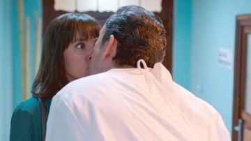 Cristóbal se lanza a besar a Lola sin imaginar su secreto
