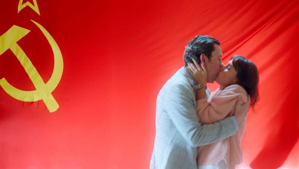 Apasionado y comunista beso de Cristóbal y Lola
