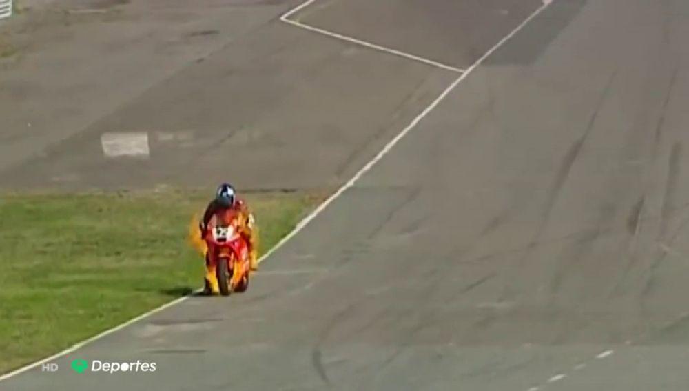 Un piloto salva su vida de milagro tras incendiarse su moto en plena carrera