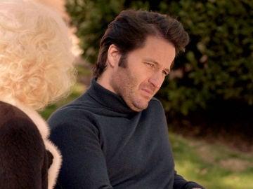 Ascensión visita a Gabriel en el psiquiátrico donde hacen planes, ajenos al descubrimiento de Carlos