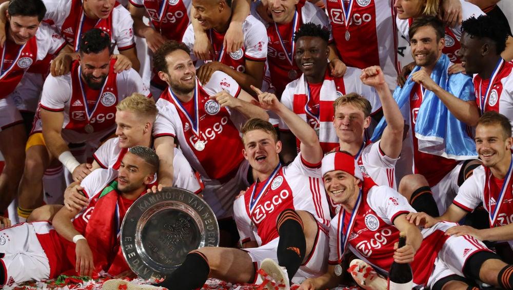 Los jugadores del Ajax, con el trofeo de la Eredivisie
