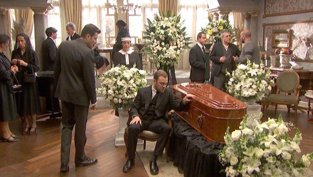 Fernando, desconsolado ante el féretro de María Elena