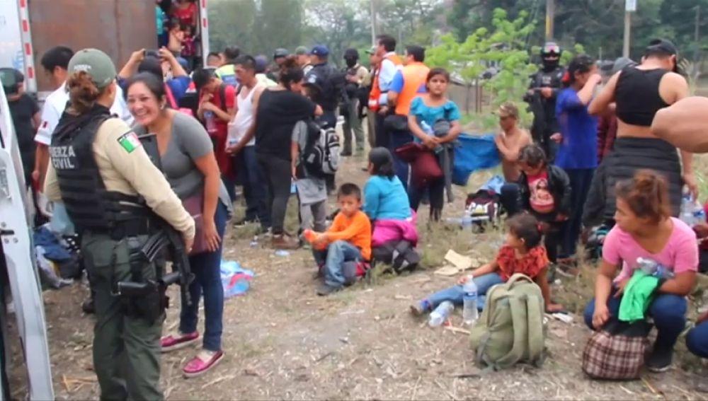 El conductor de un camión que transportaba a 142 inmigrantes huyó al verse acorralado por la policía