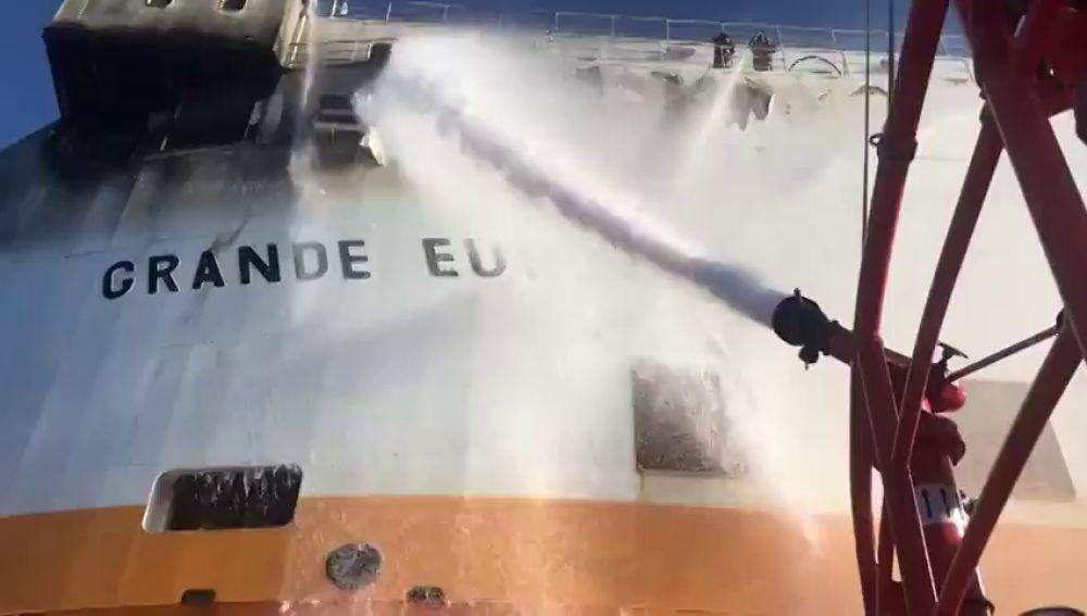 Un barco mercante con una veintena de tripulantes se incendia a 25 millas de Mallorca