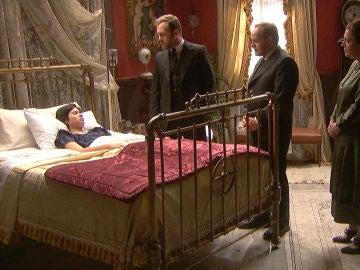 Francisca cuida delicadamente de María y Fernando se ofrece a cuidarla