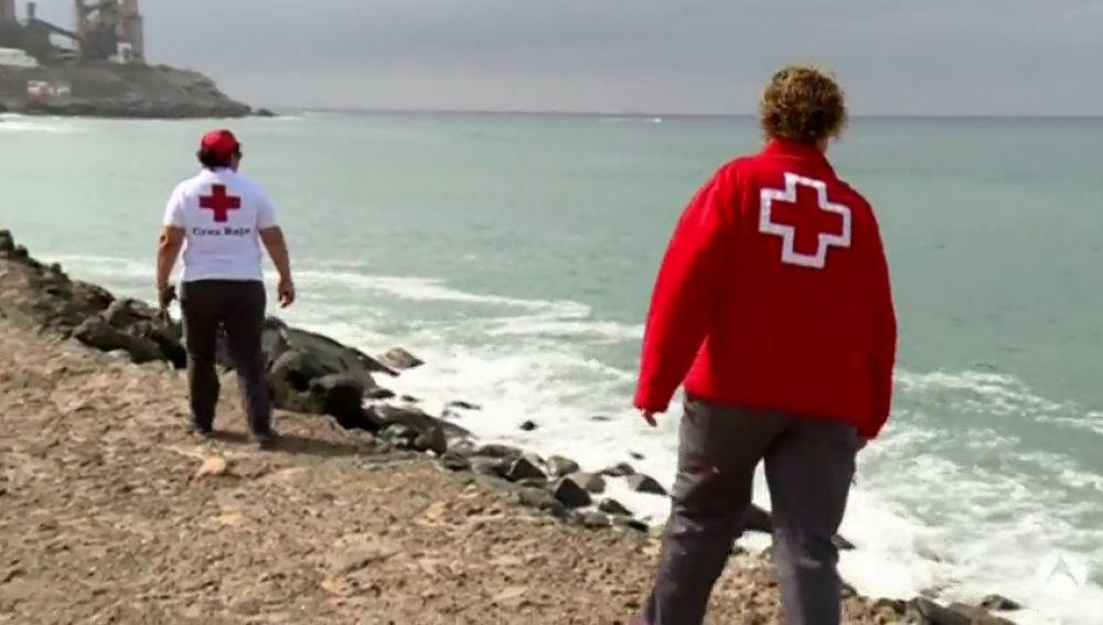 Buscan a un bebé que cayó al mar cuando llegaba en una patera