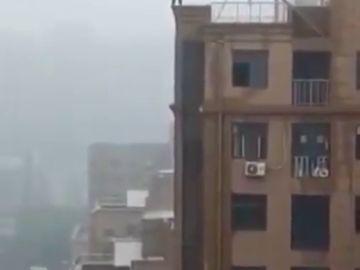 Un hombre cae al vacío al intentar hacerse un 'selfie' en la cornisa de un edificio