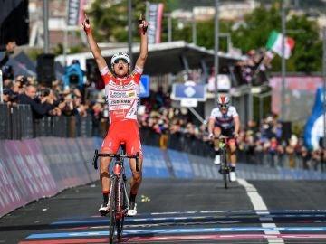 El ciclista Fausto Masnada celebra su victoria de etapa