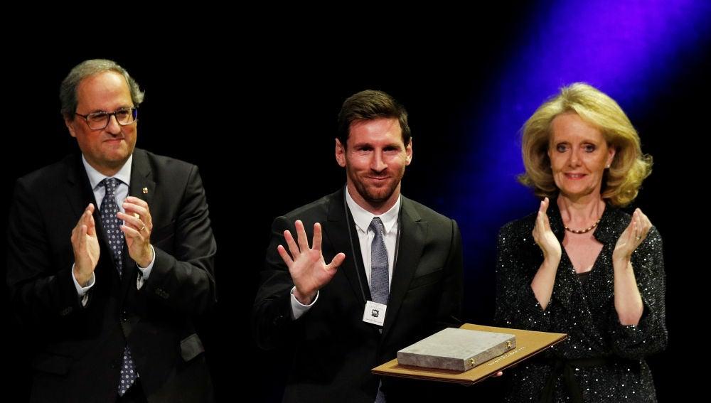 Messi sonríe tras recibir la Creu de Sant Jordi