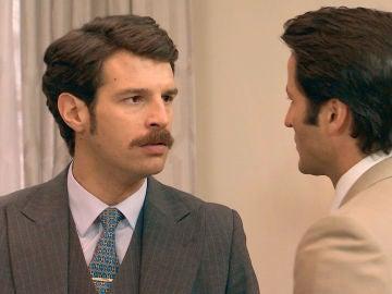 Carlos enfurece al ver a Gabriel fuera del psiquiátrico