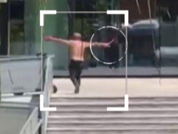 Persigue a un hombre que se refugia en un gimnasio y allí le apuñala