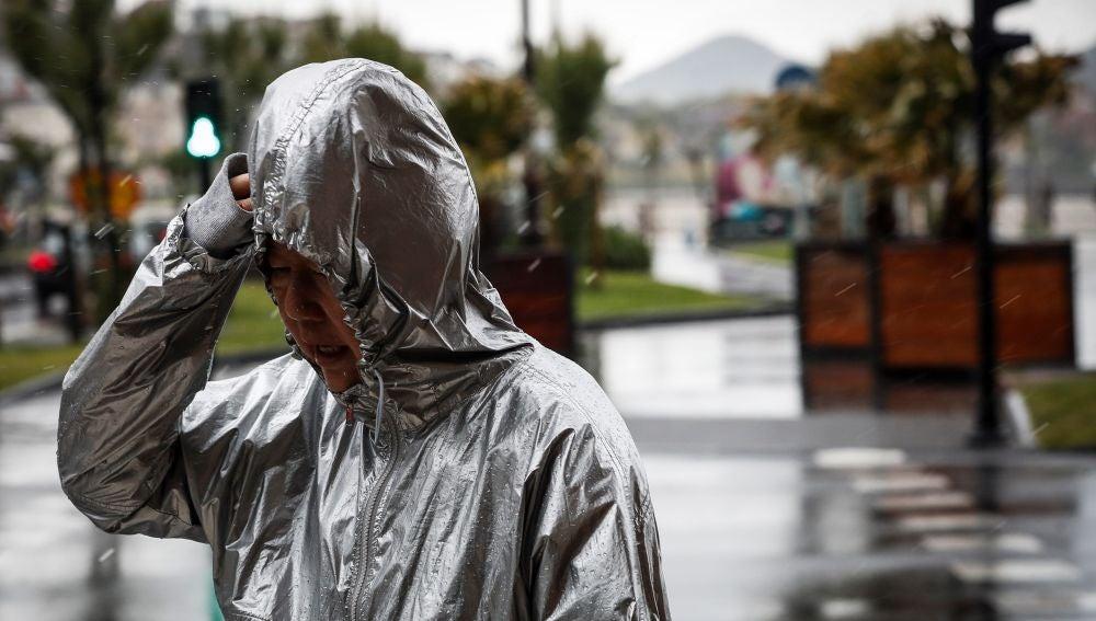 Una mujer camina bajo la lluvia este viernes en San Sebastián
