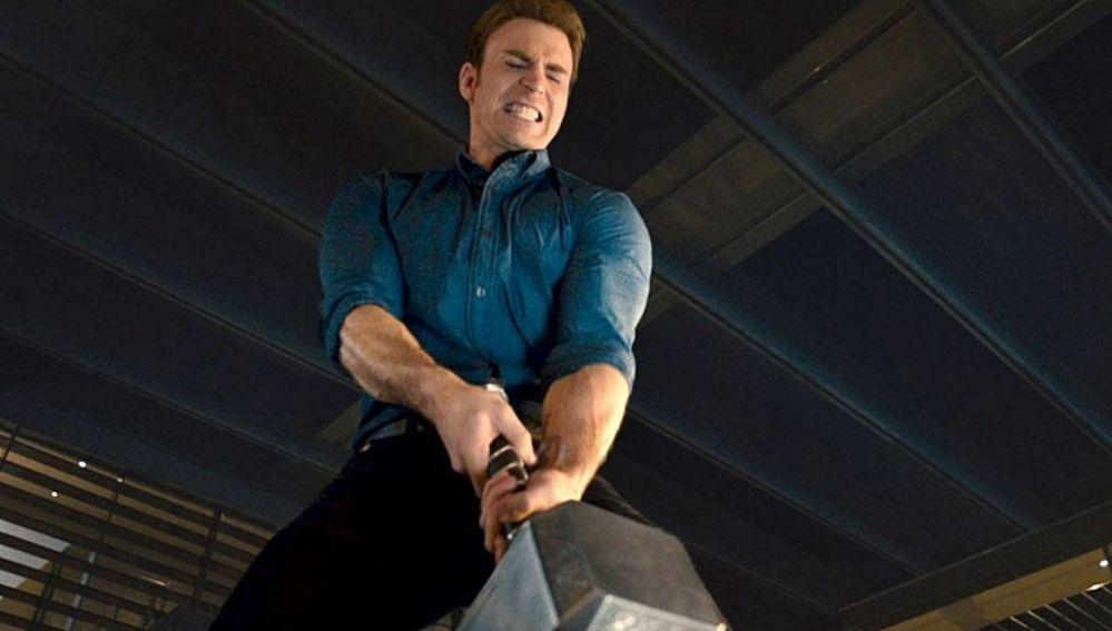 Capitán América moviendo el martillo de Thor en 'Vengadores: La era de Ultrón'