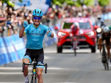 Pello Bilbao celebra su triunfo en la etapa