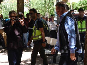 El presidente del Huesca llega al club escoltado por la comitiva judicial