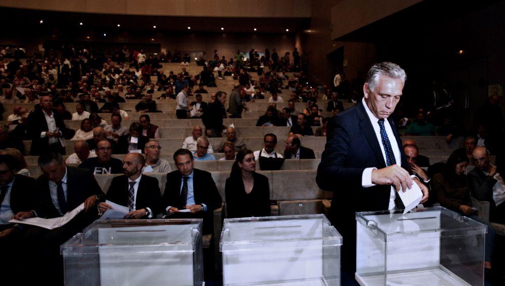 Paco Zas, elegido sucesor este martes de Tino Fernández al frente del Deportivo, vota durante la Asamblea de Accionistas
