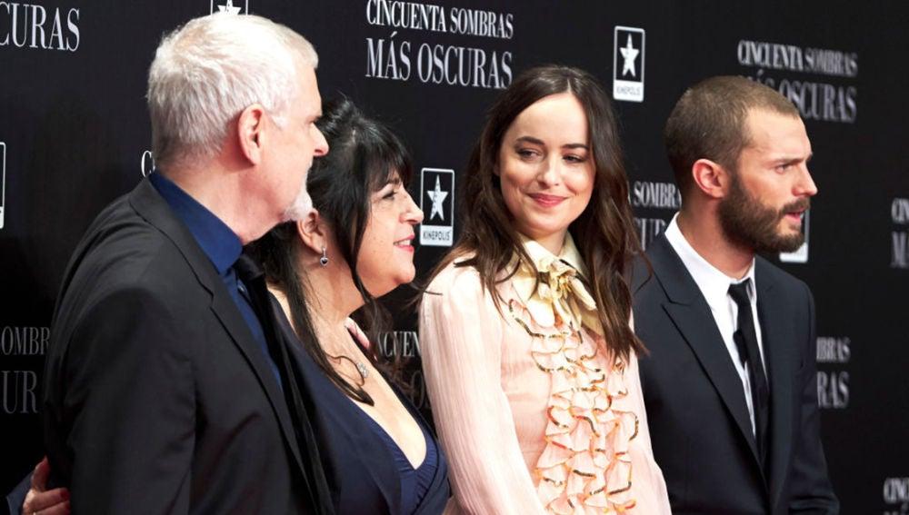 E. L. James junto a Dakota Johnson y Jamie Dornan en la premiere de 'Cincuenta sombras más oscuras'