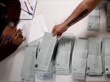 Papeletas de las elecciones en una mesa electoral
