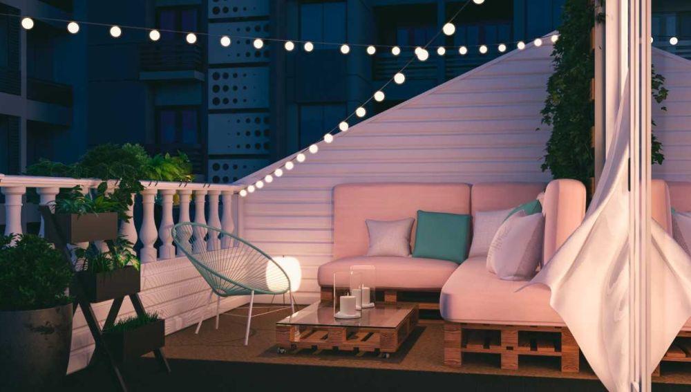 La elección de los colores para el sofá y los cojines va en el sentido de la tendencia de verano 2019