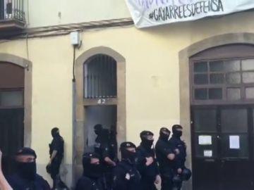 Okupan las oficinas del dueño del edificio desalojado en Sants
