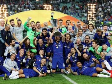 Los futbolistas del Chelsea levantan la Europa League