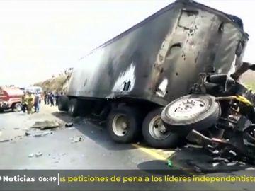 Mueren 20 personas tras colisionar un autobús y un camión en el centro de México