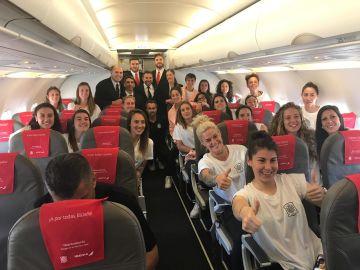 La plantilla de la selección fememina, en el avión camino a Francia