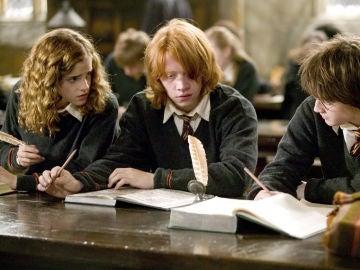 Harry, Ron y Hermione en clases en Hogwarts