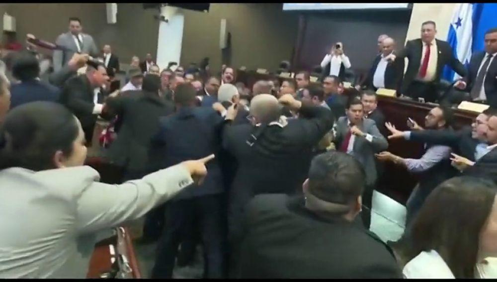 Puñetazos entre diputados en el Parlamento de Honduras